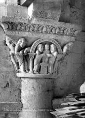 Ancien prieuré Saint-Léonard - Eglise (ruines). Chapiteau historié du choeur : Présentation au Temple