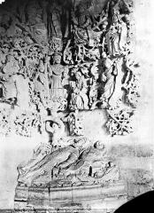 Ancien hôtel-Dieu - Chapelle. Relief à gauche de l'entrée : Arbre de Jessé (partie inférieure)