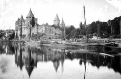 Château - Vue d'ensemble priss de la rivière
