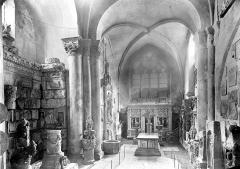 Eglise Saint-Didier - Vue intérieure de la nef : Dépôt lapidaire