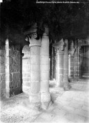 Eglise Saint-Pierre - Vue intérieure du porche : Colonnes