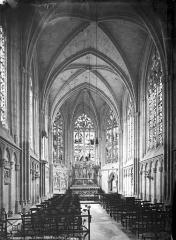 Eglise Saint-Pierre, ancienne cathédrale - Vue intérieure de la nef vers le choeur
