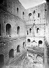 Château et son enceinte - Vieux Château : Vue intérieure du donjon
