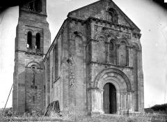 Eglise paroissiale Saint-Pierre - Façade ouest et partie inférieure du clocher