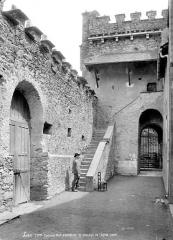 Eglise des Templiers - Mur d'enceinte et passage