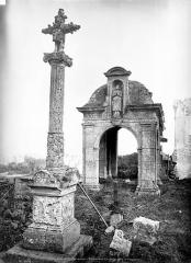 Croix en pierre - Calvaire et chapelle devant le cimetière
