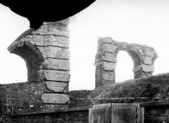 Aqueduc gallo-romain du Gier dit aussi du Mont-Pilat (également sur communes de Brignais, Chaponost, Sainte-Foy-lès-Lyon, Mornant, Soucieu-en-Jarrest) - Restes d'arches près de Saint-Irénée