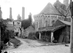 Château - Entrée du château et abside de l'église
