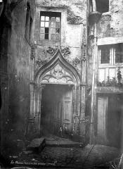 Maison - Cour intérieure : Porte de l'escalier