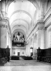 Ancienne abbaye - Eglise : Vue intérieure de la nef vers l'entrée