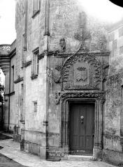 Château, actuellement musée agricole - Façade sur cour : Porte de la tourelle