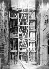 Abbaye et dépendances - Monte-charge et échafaudage dans la chapelle