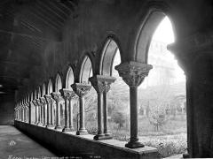 Ancienne abbaye de Moissac - Cloître : Vue intérieure de la galerie sud