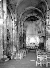 Eglise Saint-Hilaire - Vue intérieure de la nef vers le choeur