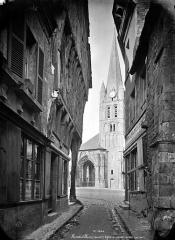 Ancienne abbaye - Eglise : Clocher côté ouest, pris d'une rue bordée de vieilles maisons