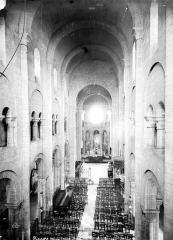 Eglise Saint-Etienne - Vue intérieure de la nef, vers le choeur, prise de la tribune