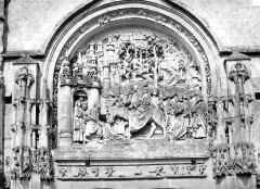 Eglise Notre-Dame de l'Assomption - Portail de la façade ouest. Bas-relief de la partie supérieure : Entrée à Jérusalem