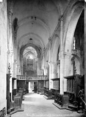 Abbaye - Eglise : Vue intérieure de la nef, vers l'entrée