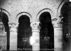 Eglise Saint-Etienne - Vue intérieure de la rotonde : Chapiteaux