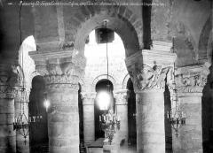 Eglise Saint-Etienne - Vue intérieure de la rotonde : Colonnes et chapiteaux