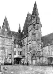 Château d'O - Cour : Façade et tourelle