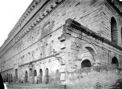 Amphithéâtre (temple dans un hémicyle précédé d'un nymphée) - Façade extérieure : revers du mur de scène