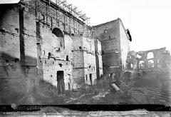 Amphithéâtre (temple dans un hémicyle précédé d'un nymphée) - Façade intérieure : mur de scène