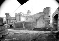 Castillet, Grand-Castillet, porte Notre-Dame ou Petit-Castillet - Vue d'ensemble, côté pont-levis
