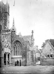 Eglise Saint-Nonna - Porche de la façade sud et entrée du cimetière