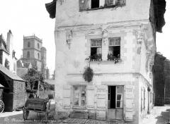Eglise Saint-Armel - Tour du clocher en arrière-plan et maison