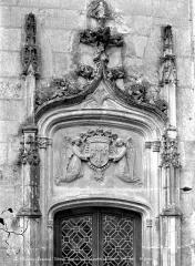 Château du Plessis-Bourré - Cour intérieure : Couronnement de la porte de l'escalier