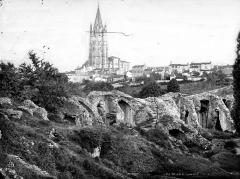 Restes de l'amphithéâtre gallo-romain - Ruines de l'amphithéâtre. Eglise Saint-Eutrope en arrière-plan
