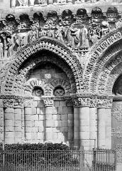 Eglise Notre-Dame-la-Grande - Façade ouest : arcature à gauche du portail