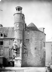 Hôtel de ville, dit aussi le Vieux Château, ou château des Barons du Pont - Tour et beffroi