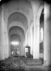 Eglise abbatiale bénédictine Saint-Pierre - Vue intérieure de la nef, vers le choeur