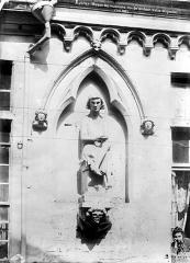 Maison dite des Ménétriers ou des Musiciens - Façade : Statue de gauche