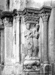 Eglise Saint-Barnard, ancienne collégiale - Portail de la façade ouest : Statues et colonnes de l'ébrasement droit