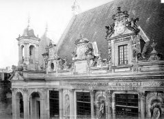 Hôtel de ville - Façade sur cour : Lucarnes et entablement