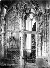 Chapelle du Saint-Esprit - Vue intérieure de la nef : Porte