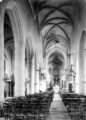 Eglise Saint-Pierre - Vue intérieure de la nef, vers le choeur