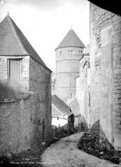 Château - Tour prise d'une ruelle