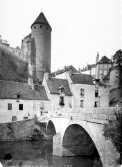 Château - Tour prise du vieux pont