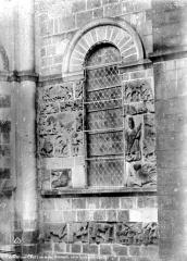 Eglise Notre-Dame la Blanche - Façade nord : bas-reliefs d'ornement autour d'une fenêtre