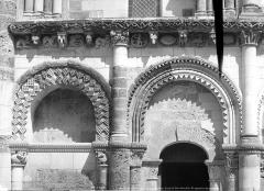 Eglise Notre-Dame - Portail de la façade ouest : arcatures de gauche