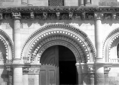 Eglise Notre-Dame - Portail de la façade ouest : arcatures du centre