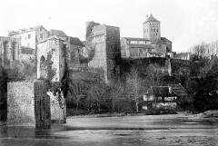 Vestiges d'un ancien pont - Vue générale : le pont et l'église
