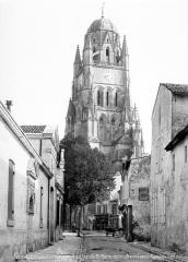 Eglise Saint-Pierre - Clocher, pris d'une rue, côté sud-ouest