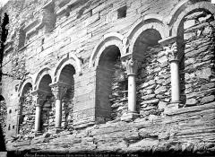 Abbaye de Serrabona - Eglise : arcatures de la façade sud