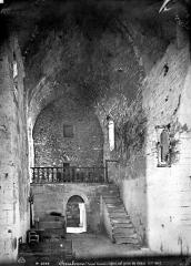 Abbaye de Serrabona - Eglise : Vue intérieure de la nef, vers l'entrée