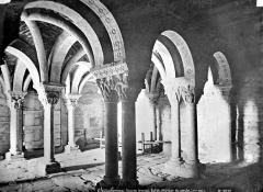 Abbaye de Serrabona - Eglise : Vue intérieure du porche